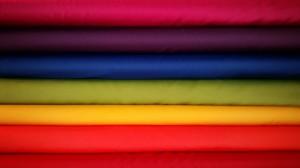 Honderden kilo's stoffen in alle kleuren van de regenboog